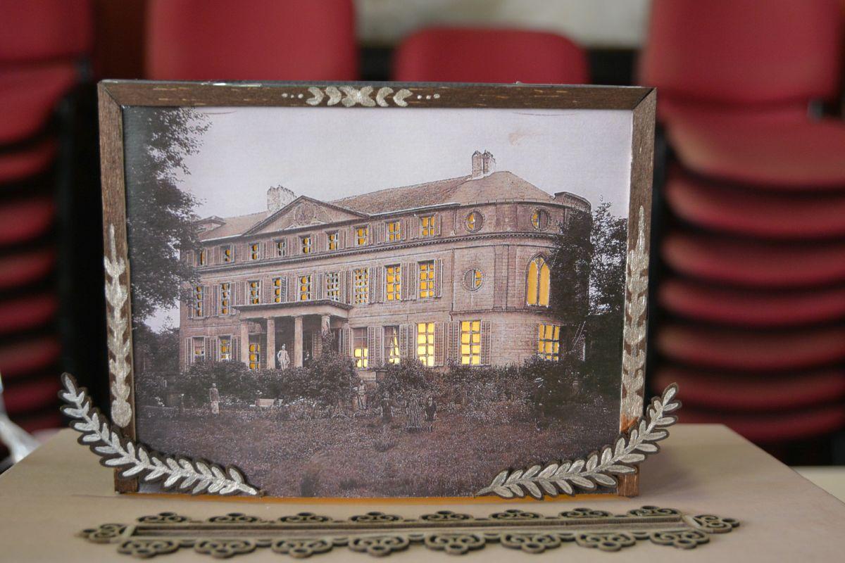 Découpage en dentelle par Emilie Mayeur sur une son dessin du château